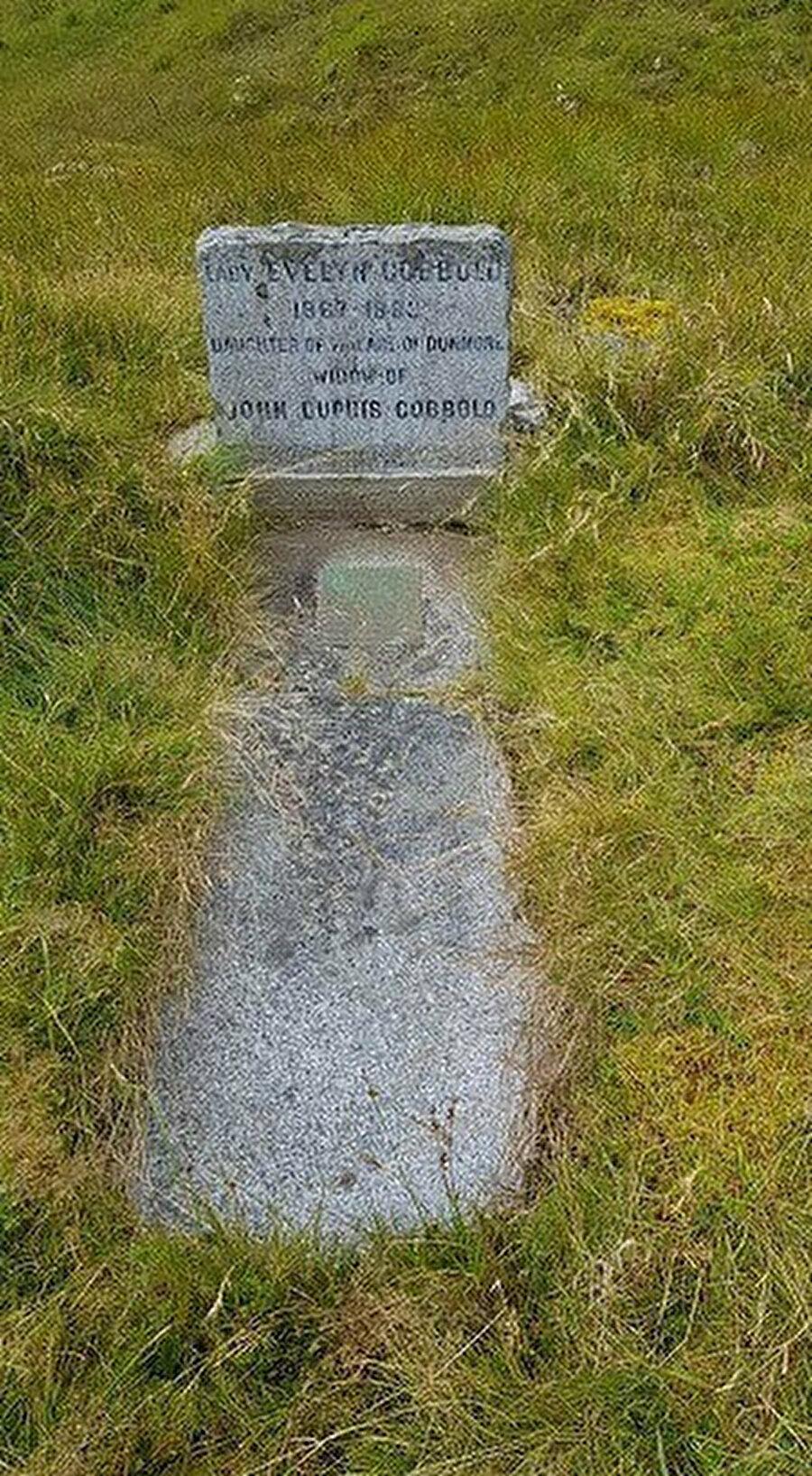 """Lady Evely Cobbold'ın mezarı. Zeynep'in mezar taşında, """"Allahu nur-us-samavati val ard"""", """"Allah, göklerin ve yerin nurudur."""" ayeti yer alır."""