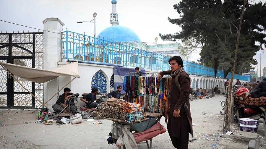 Sivil kayıpların da yüksek olduğu Afganistan'da Ramazanın ilk gününü karşılayan bir seyyar satıcı.