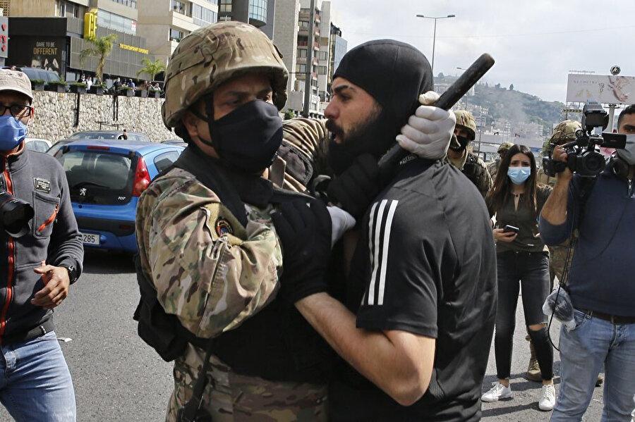 Gözaltına alınan bir gösterici.