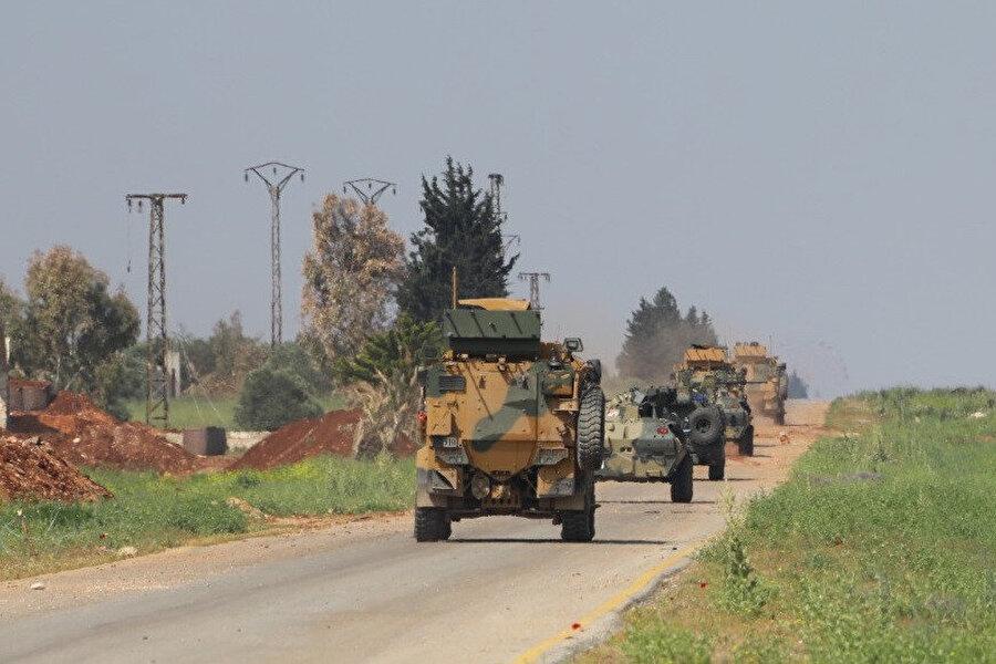 Türk Silahlı Kuvetleri'ne (TSK) ait zırhlı araçlar devriye sırasında görünüyor.