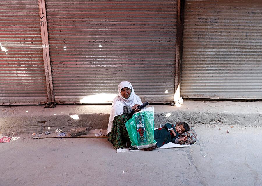 Afganistanlı kadın ve yerde yatan çocuk böyle görüntülenmişti.