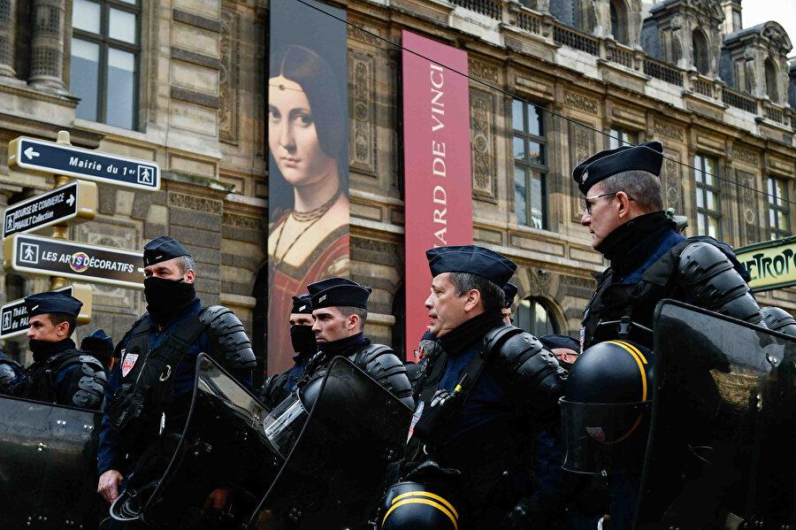 Fransa'da sarı yelekliler, Cumhurbaşkanı Emmanuel Macron yönetiminin politikalarını protesto etmek için Palais-Royal Meydanı'nda gösteri düzenledi.