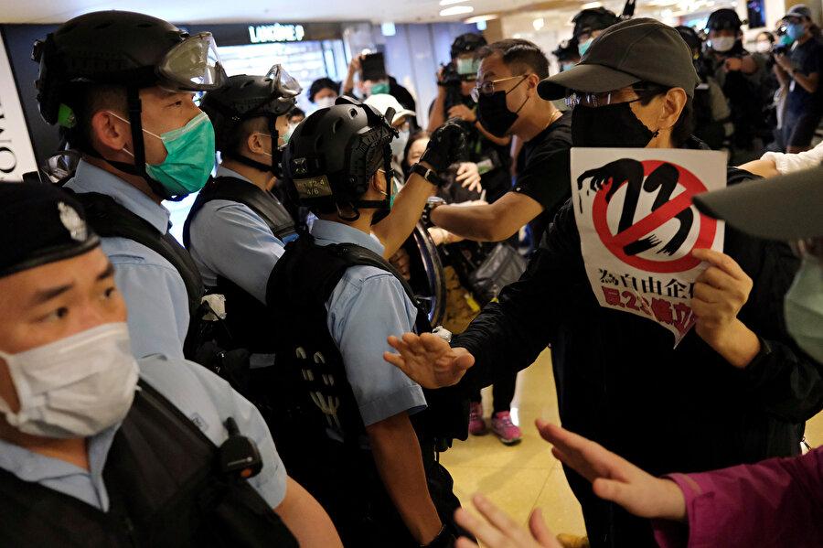 Hong Kong'da göstericiler ve güvenlik güçleri arasında zaman zaman şiddet de yaşanıyor.