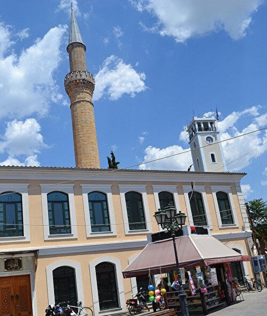 Gümülcine Yeni Cami. Caminin orta kapısının üzerinde bulunan kitabede III. Murat döneminde Defterdar Ahmet Paşa tarafından 1585 yılında yaptırıldığı yazılıdır. (Kaynak: Özcan Hüseyin Nuri.)
