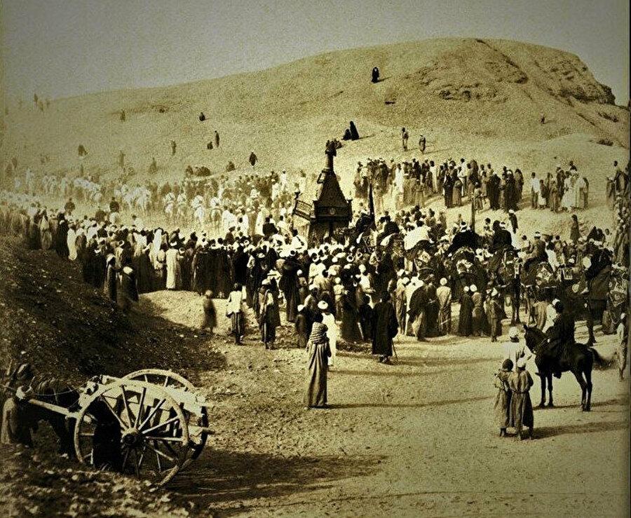 Kahire'de hacılar ve surre. Surre, hac zamanı dağıtılmak üzere Haremeyn'e gönderilen eşya ve hediyeleri ifade eder. (TDV)