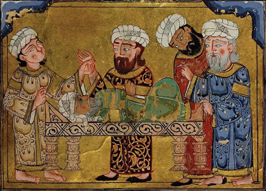 El-Harîrî'nin 13. yüzyıldan kalma, el yazması eseri el-Maḳāmât'da yer alan görselde, bir hastayı ziyaret eden hekimler görülüyor.
