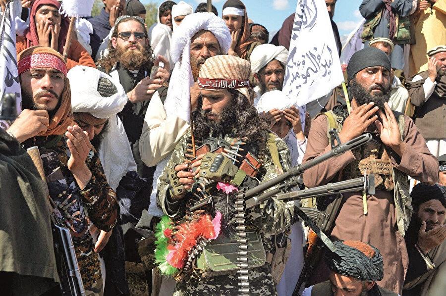 Barış anlaşmasıyla ABD'yi dize getirdiğine inanan Taliban savaşçıları kutlama yapıyor.