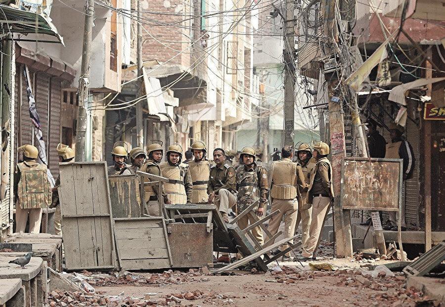 Hindularla Müslümanlar arasında tansiyon gene yükselmiş, çoğu Müslüman 1000 kişi günler süren bir hercümerç içinde katlolunmuştu.