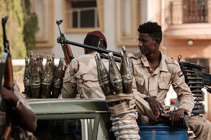 Ağır silahlarıyla objektiflere takılan Cancavid milisleri.