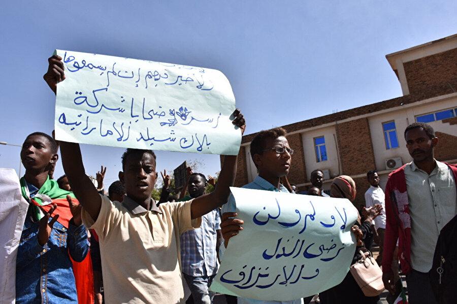 Kandırılarak Libya'ya gönderilen Sudanlı gençlerin ailelerinin protesto gösterileri.
