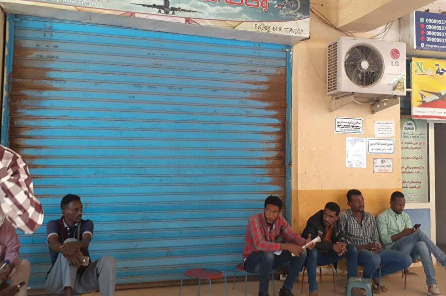 Ekonomik güçlüklerle mücadele eden, işsizliğin yüksek olduğu Sudan'da BAE'nin iş ilanları büyük ilgi görüyor.