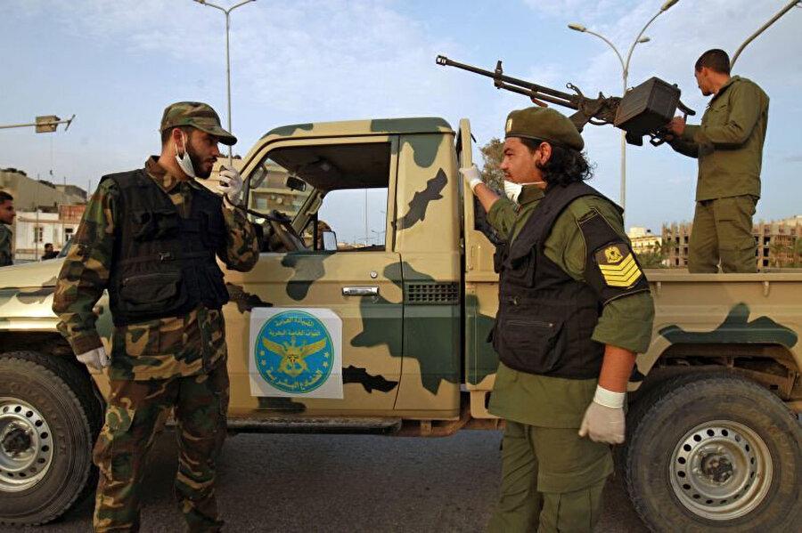 Hafter'e bağlı milisler Bingazi sokaklarında devriye gezerken görülüyor.