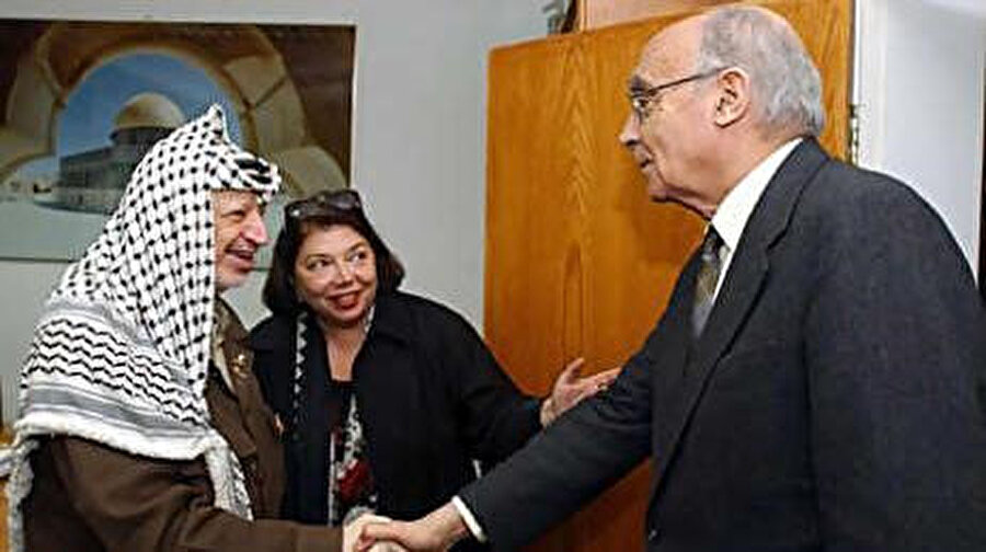 2002 yılında uluslararası bir yazar heyetiyle gittiği Filistin'de, Ramallah şehrinin Auschwitz'deki toplama kamplarına benzediğini söyledi.