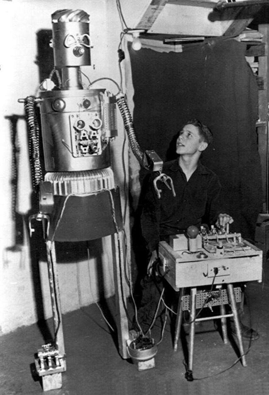 """17 Nisan 1954 Hürriyet gazetesinin haberine göre: 1.70 metre boyundaki """"Gismo the Peaceful"""" adındaki bu robotu yanında gördüğünüz 12 yaşındaki delikanlı yapmıştır."""