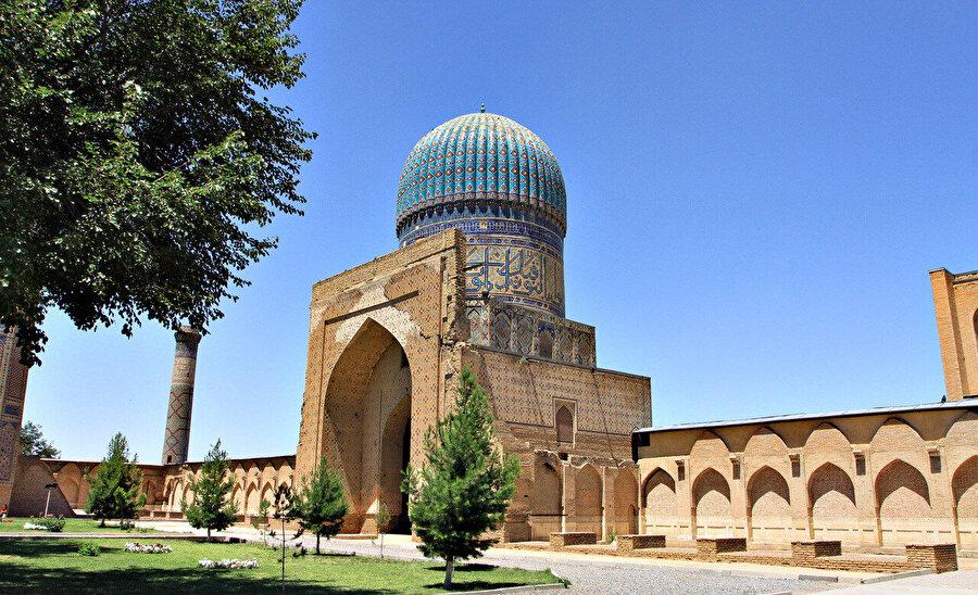 İsmini Timur'un eşi Saray Mülk Hanım'ın lakabı olan Bibi Hanım'dan alan Bibi Hanım Cami.