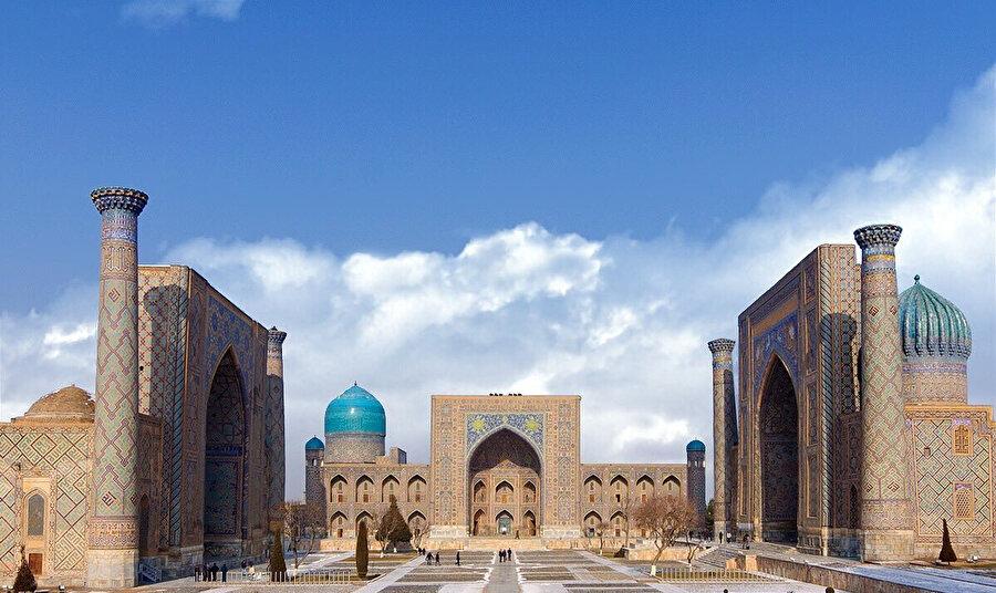 Semerkant'ın merkezindeki yapı 3 medreseden oluşmaktadır: Uluğbey Medresesi (15. yüzyıl), Şirdar Medresesi (17. yüzyıl) ve Tilla-Karı Medresesi (17. yüzyıl).