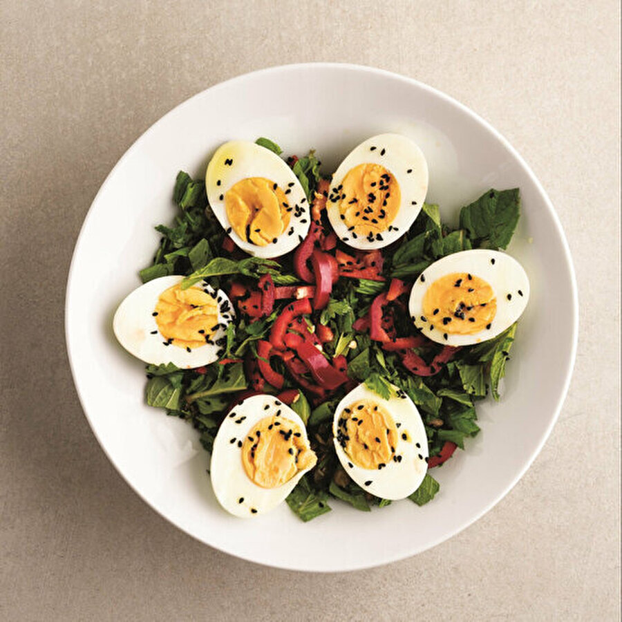 Yeşil mercimekli yumurta piyazı