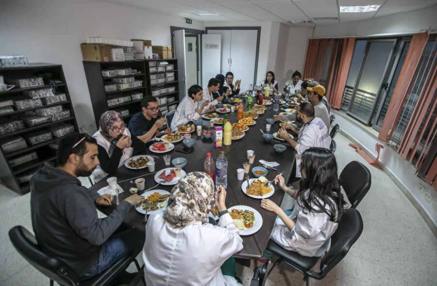 Hep birlikte iftar açan sağlık görevlileri.