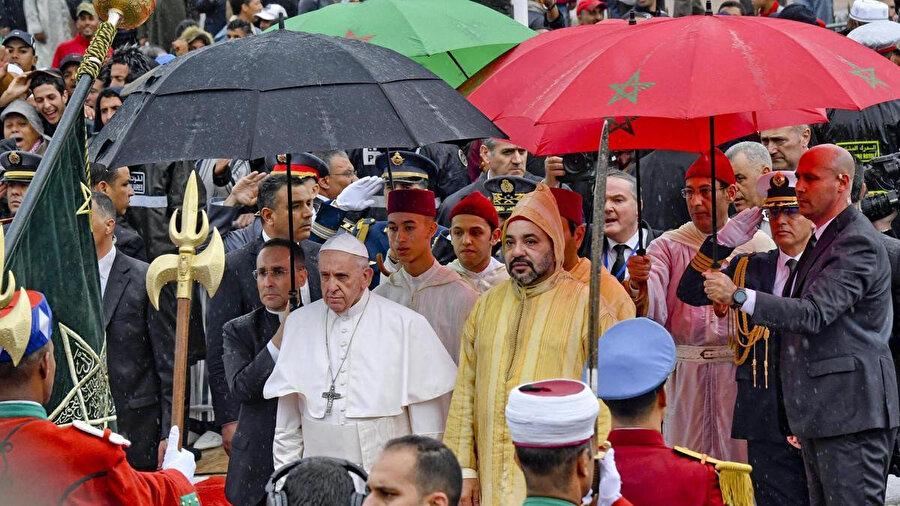"""Papa Francis ve Fas Kralı Altıncı Muhammed bugün """"Hassan Kulesi"""" olarak adlandırılan minarenin bulunduğu Rabat'taki meydanda yürürken görülüyor."""