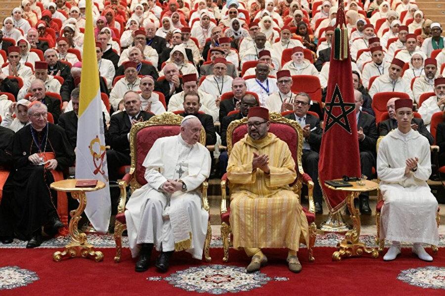Altıncı Muhammed ve Papa Francis'in Fas Dinî İşler Başkanlığı'na bağlı olarak kurulan İmam ve İmame Yetiştirme Enstitüsü'nü ziyareti.
