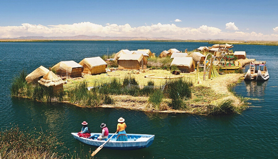 Titikaka Gölü, ticari gemilerin de çalıştığı,yüksek rakımlı bir göldür.