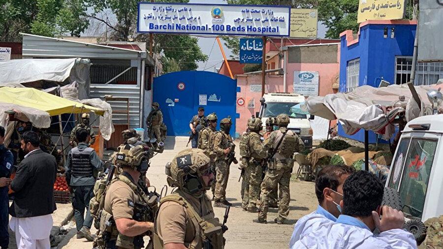 Saldırı sonrası hastane çevresinde güvenlik önlemi alan Afgan polisi ve yabancı güvenlik güçleri.
