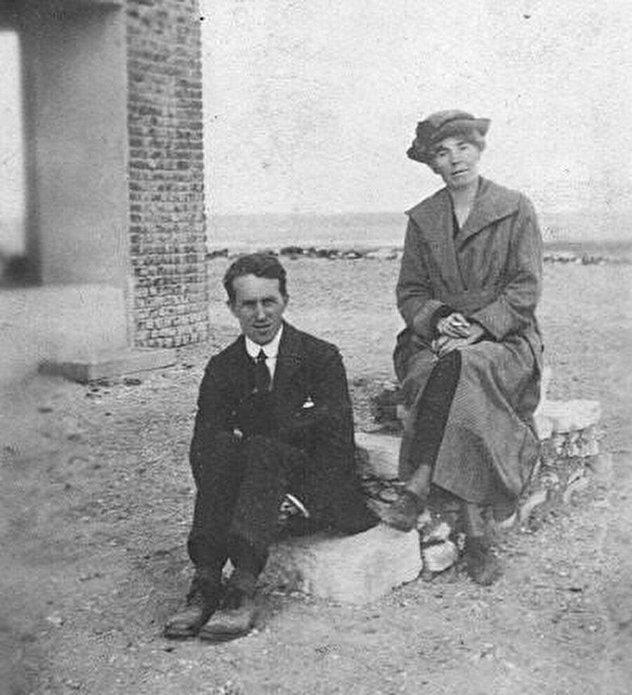 T.E. Lawrence ve Gertrude Bell, 1921. Lawrence'a casusluk konusunda bildiği neredeyse her şeyi Gertrude Bell öğretti.