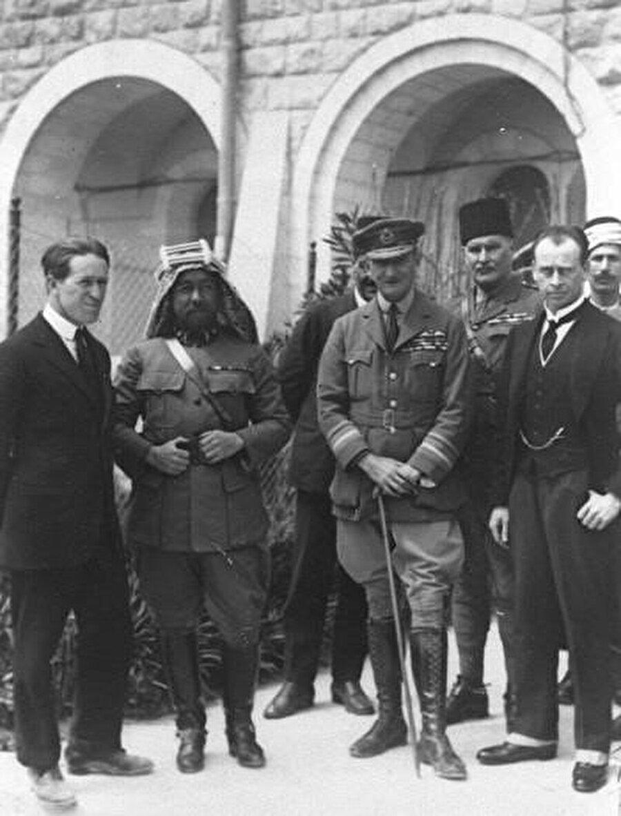 Soldan sağa, Lawrence, Ürdün Kralı Abdullah ve Filistin'i işgal eden İngiliz komutan Edmund Allenby.