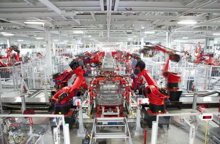 Tesla, kurallara aykırı olmasına rağmen fabrikalarda üretime başlıyor.