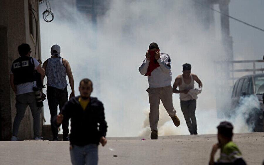 İsrail askerleri dün de Batı Şeria'nın Yabad köyünde Filistinlilere göz yaşartıcı gazla müdahale etmişti.