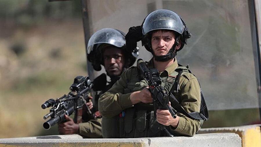 El Halil'deki El-Fevvar Mülteci Kampı'nın girişinde nöbet tutan İsrail askerleri.