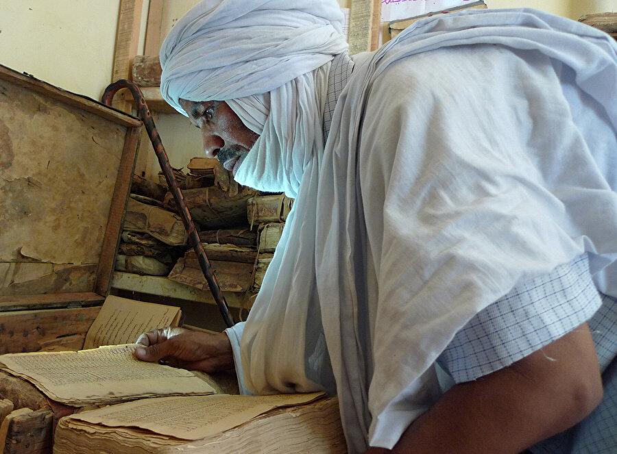 Yemen Millî Kütüphanesi ziyaretim sırasında odalar dolusu Osmanlıca gazete ve belgeleri metruk vaziyette görmüş, burada bir çalışma olup olmadığını sorduğum müze müdürü, bu eserlerin tasnifi için iki personelini Osmanlıca eğitimi almak üzere Türkiye'ye gönderdiklerinden bahsetmişti.