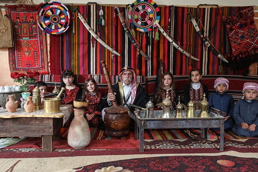 Ebu Diyb'in evinin bahçesine kurduğu ve içinde Filistin'e ait yöresel ve kültürel eşyanın bulunduğu çadır.