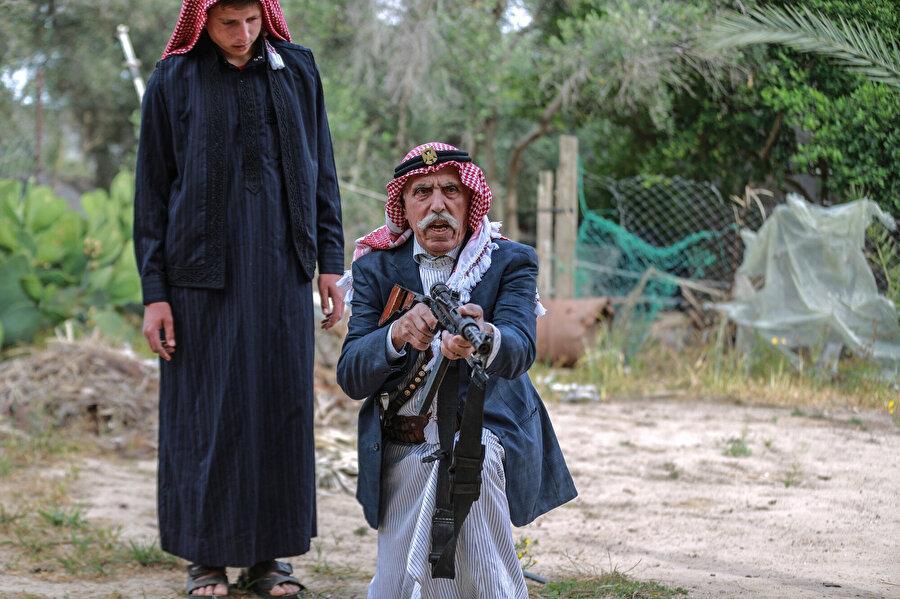 Ebu Diyb, torunlarına elindeki eski tüfekleri kullanmayı da öğretiyor.