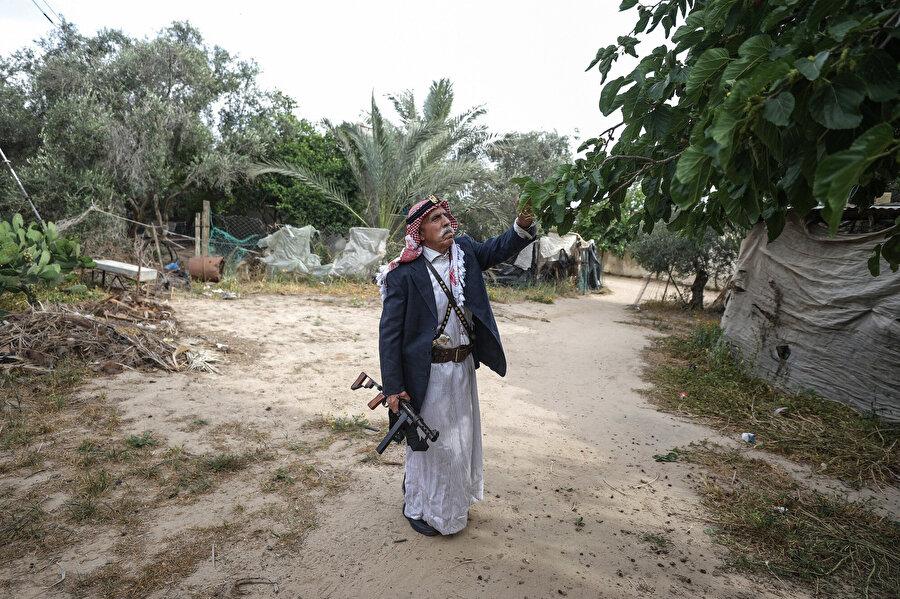 Ebu Diyb, 56 yıldır silahını yanından hiç ayırmıyor.