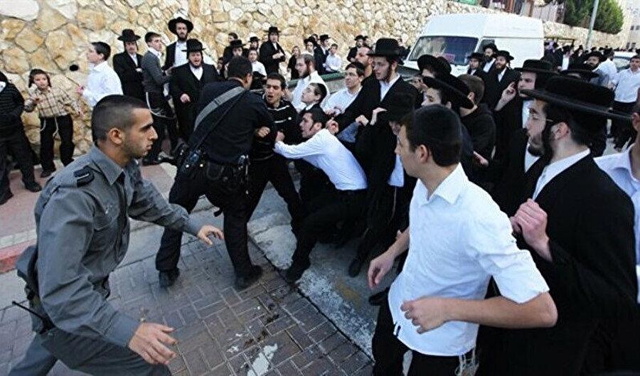 Polis 28 Ortodoks Yahudi'yi zorunlu askerlik karşıtı protestoda tutukladı.