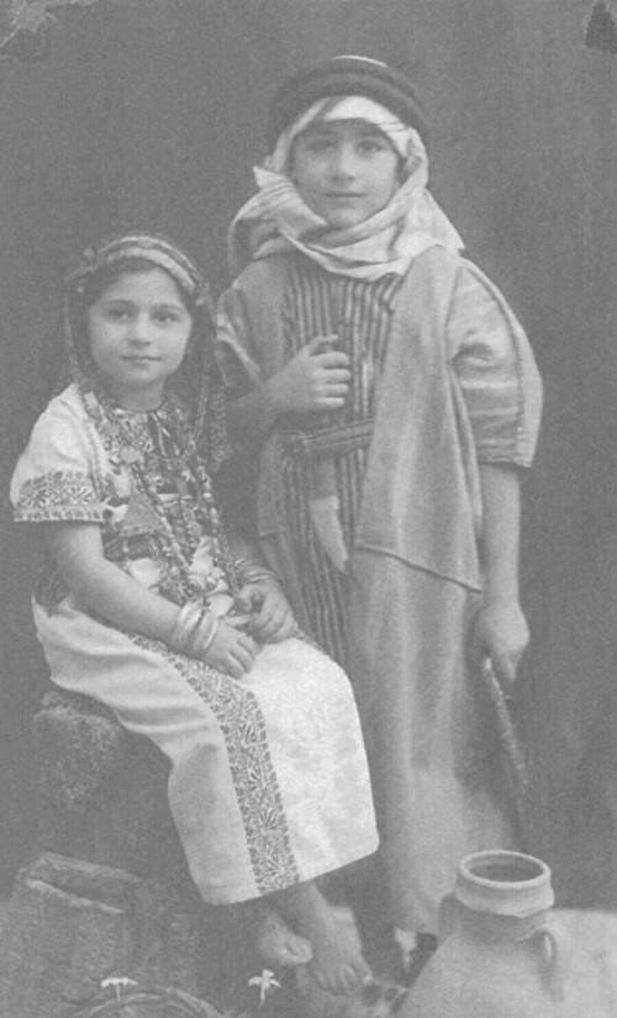 Edward Said ve kız kardeşi, Rosemarie Said. (1940)