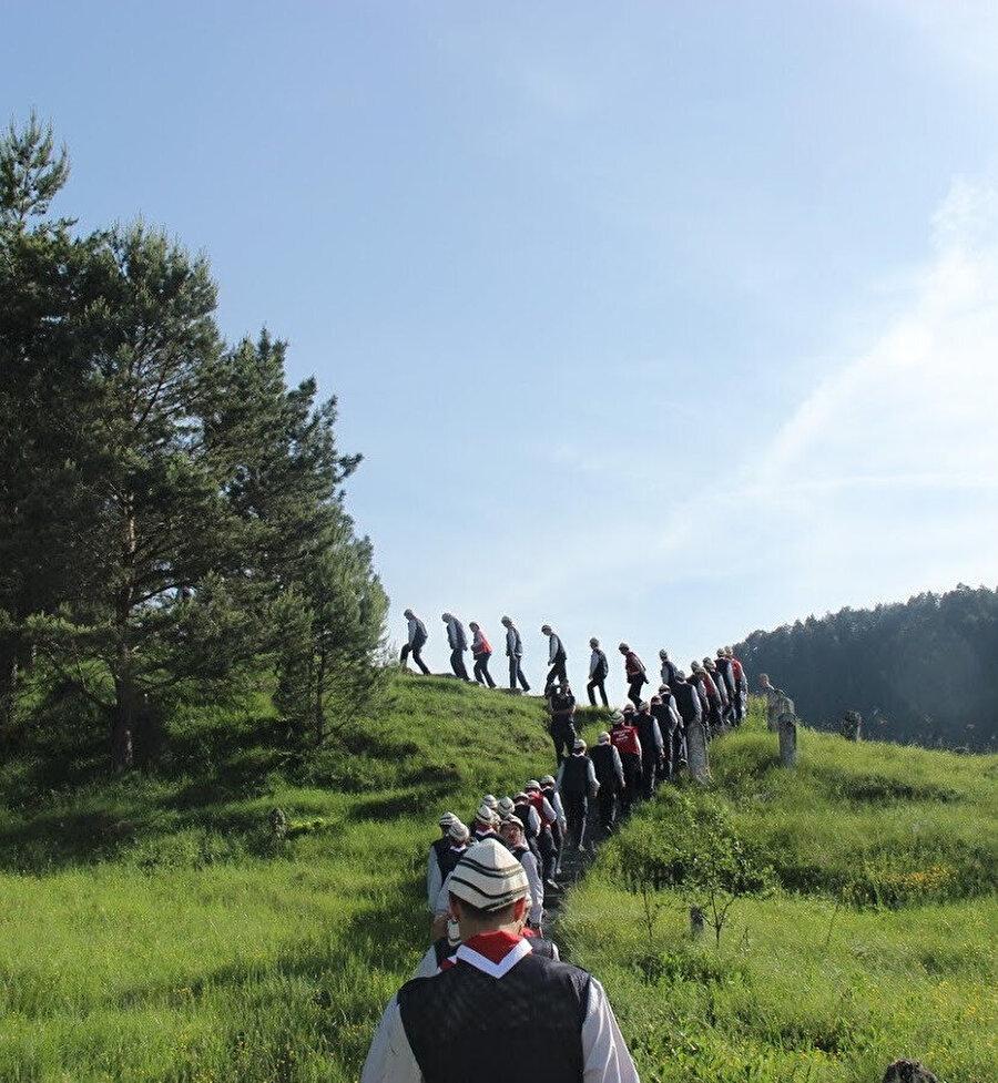 Arazide yürürken birinin başına bir şey gelse, bir kişinin onun yanında kalıp iki kişinin yardım istemesi uygundur. (Fotoğraf:Bülent Bay)