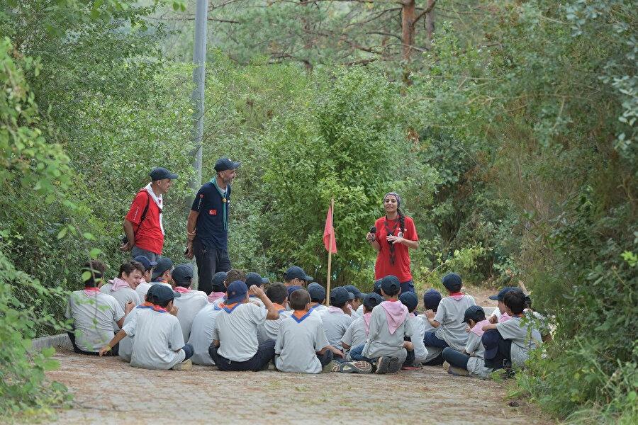 Lideri, 30 izciyi etrafına alacak, haftada bir toplantı yapacak, o çocuklara hayatı öğretecek.(Fotoğraf: Bülent Bay)