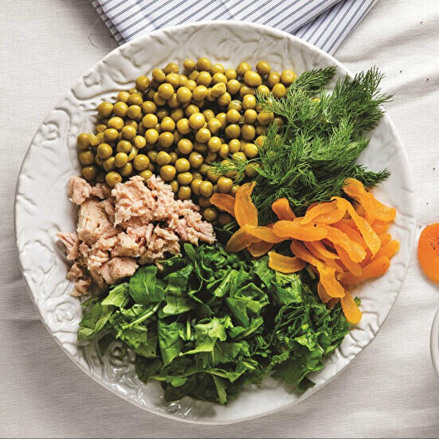 Rokalı kayısılı ton balıklı salata