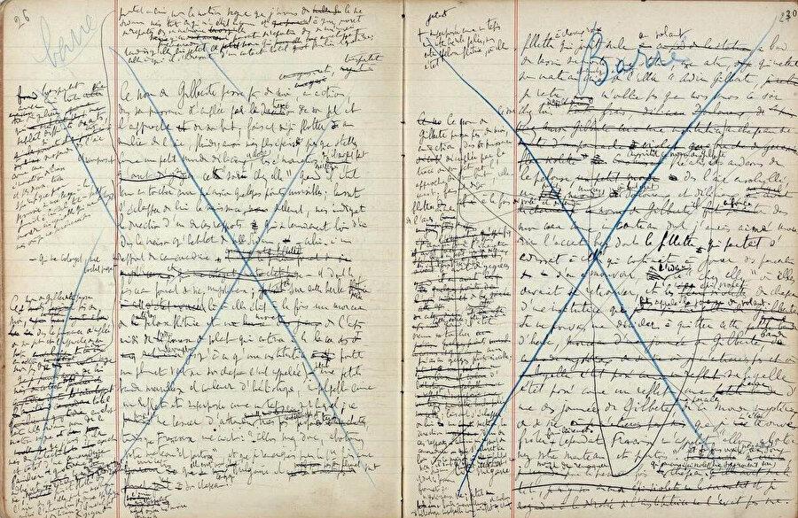 """Proust'un """"Kayıp Zamanın İzinde"""" romanının çalışma sayfalarından bir bölüm. Proust, kitabını bitirdikten sonra üzerinde çalışırken yaptığı değişiklikler sebebiyle yayıncısını bezdirmişti. Kimi zaman baskı örnekleri getirilirken, o formayı tümüyle değiştirmiş oluyordu."""