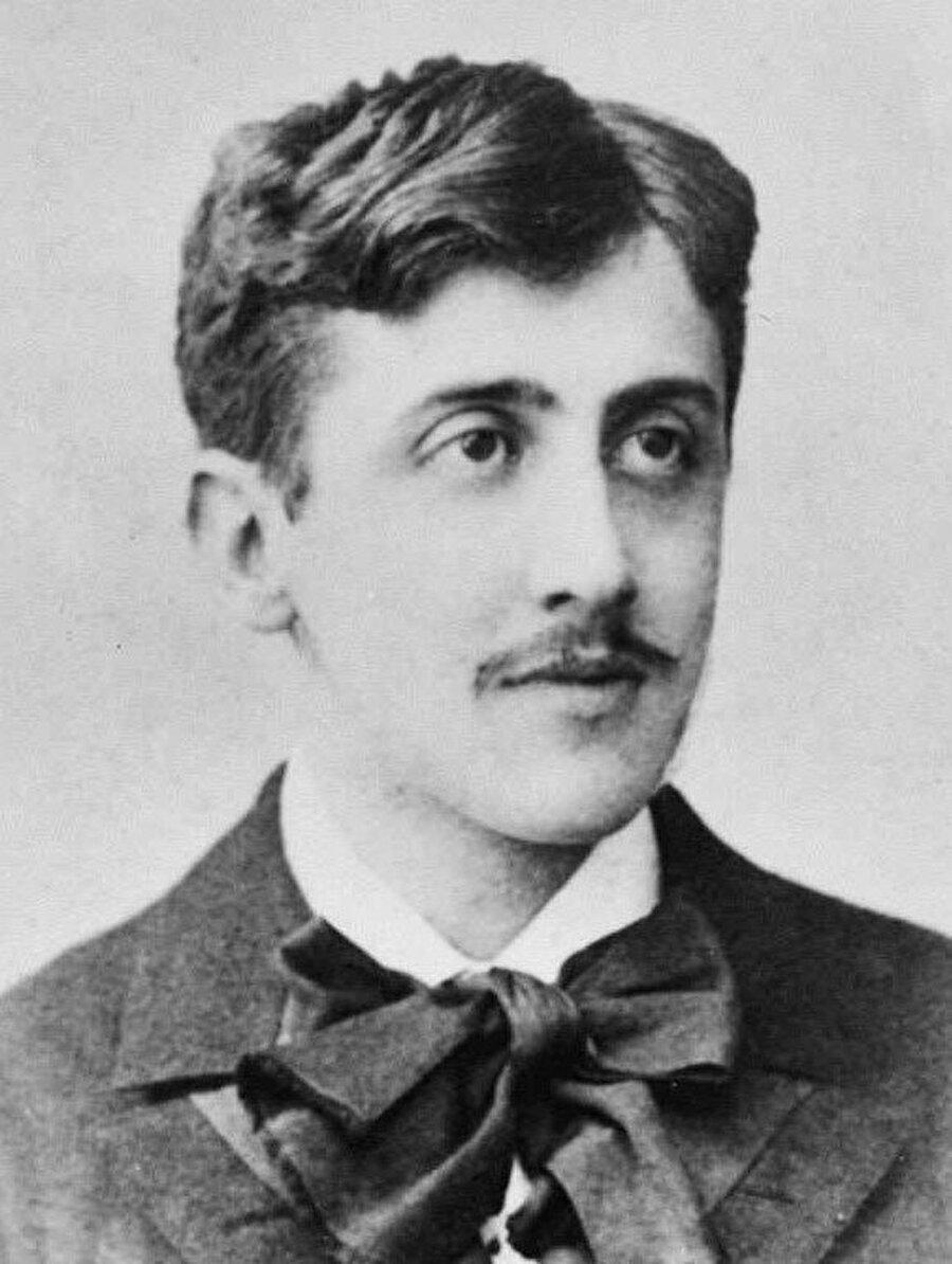 """Proust her yazarın bir iç kitabı olduğunu söyler ve yazarın görevi de o iç kitabı okuyup tercüme etmektir. Hatta bu kitabı """"Grimoire"""" (Büyü kitabı) diye isimlendirir. Sizin işiniz içinizin derinliklerinde olan kitabı keşf ve tercüme edebilmektir."""