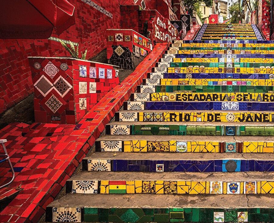 Rio De Janeiro şehrinin Lapa semtinde bulunan mozaik merdivenleri Escadaria Selaron'un, hayata renk katan sanatıdır.