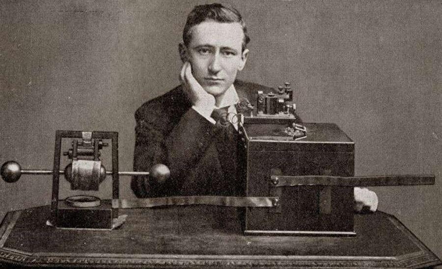 Guglielmo Marconi, İtalyan mucit ve elektrik mühendisi; uzun mesafeli radyo iletişimi, Marconi yasası, telsiz telgraf sistemi üzerine yaptığı çalışmalarıyla ünlü bir fizikçidir.