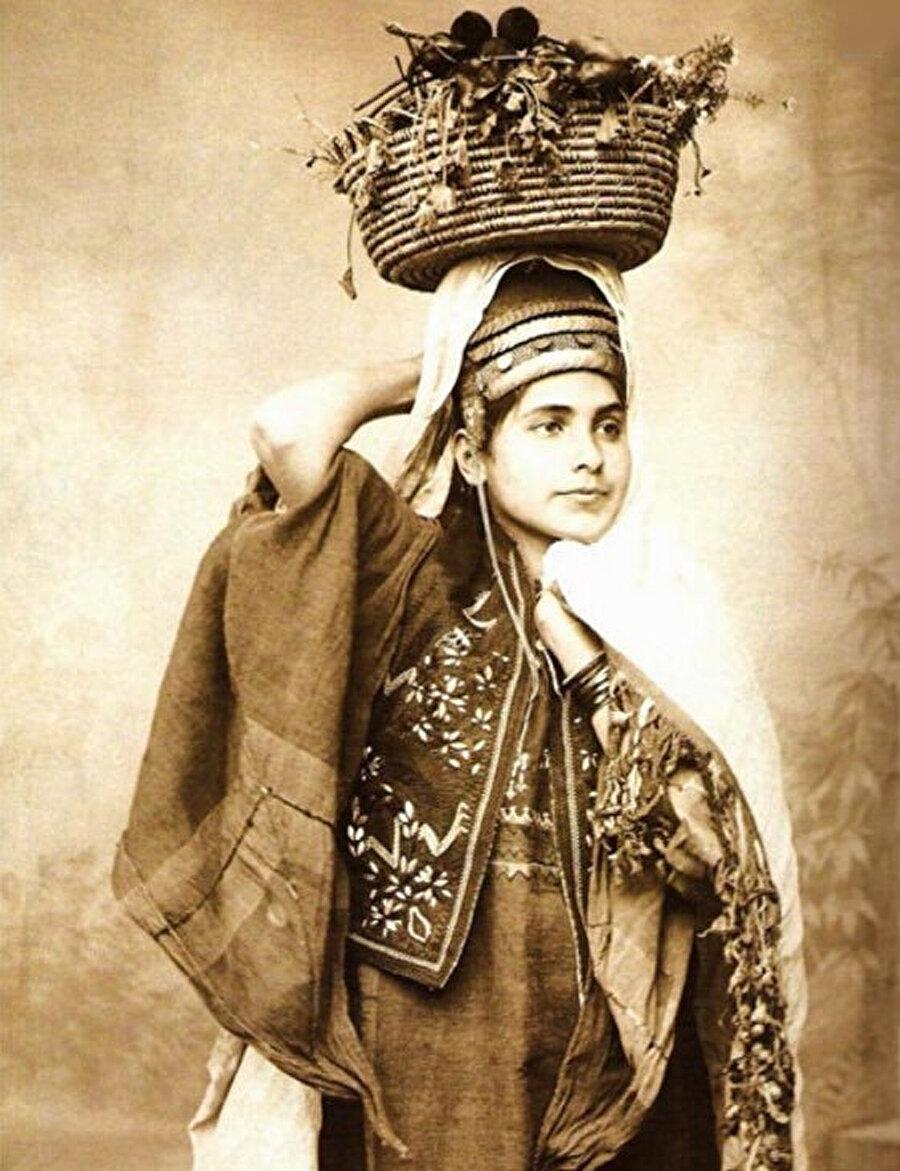 Yerel kıyafetleriyle bir köylü kızı.