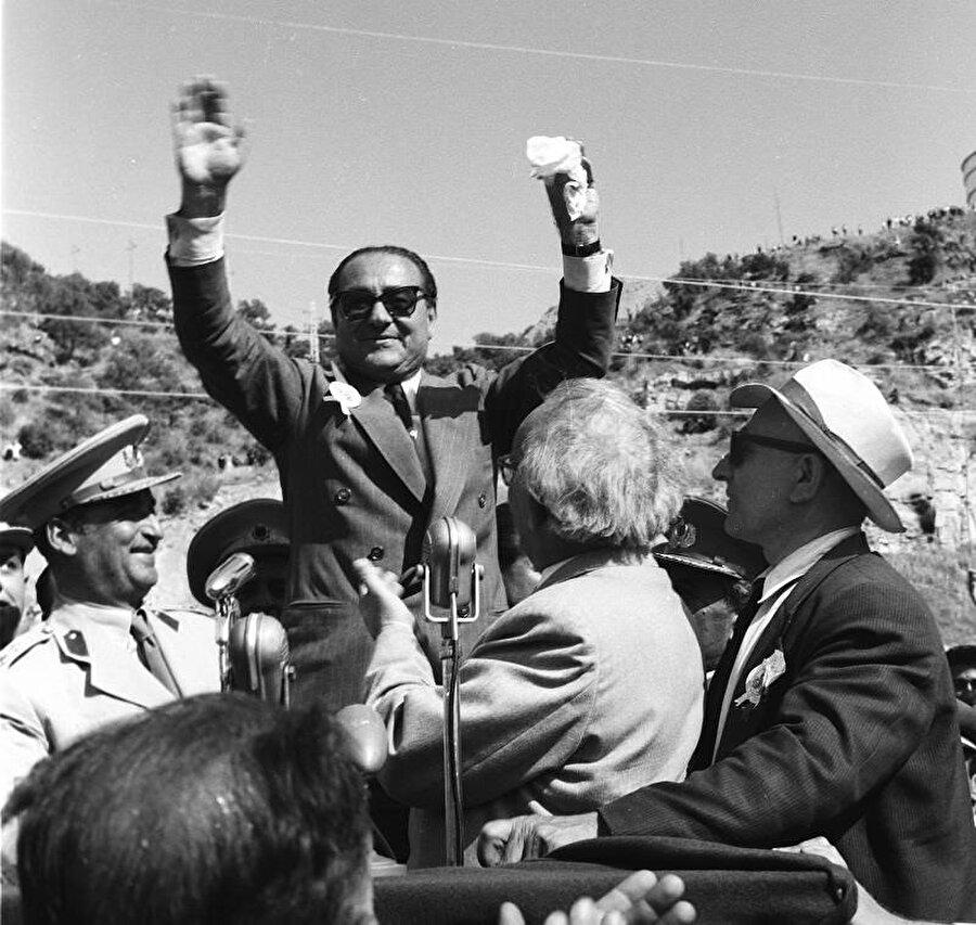 9 Eylül 1930'da Adnan Bey, yeni kurulan Serbest Cumhuriyet Fırkasının Il Başkanlığı ile ilk kez aktif siyasî hayata adım attı.