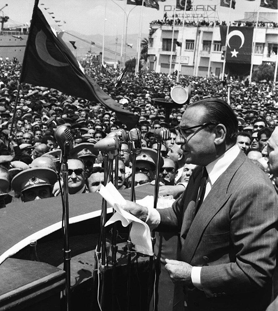 Ezan ve Kur'an konusu çok önemli olmakla birlikte, Adnan Menderes'in toplumun kahir ekseriyetini oluşturan muhafazakâr kesimler tarafından sevilmesinin temel sebebi CHP'dir.