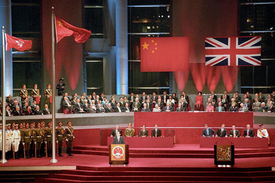 1997 yılında Hong Kong'un özerk statüsünün korunması şartıyla şehir Britanya'dan Çin'e devredildi