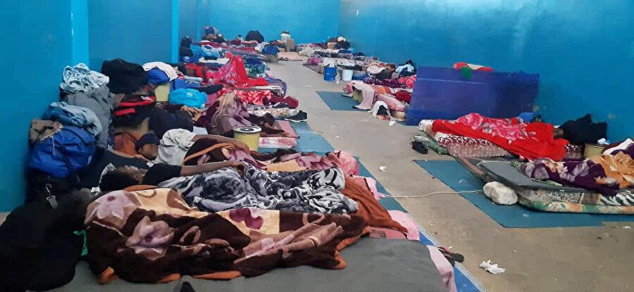 Libya'nın Zaviye şehrindeki bir sığınma evinde yerlerde yatan Bangledeşli göçmenler.