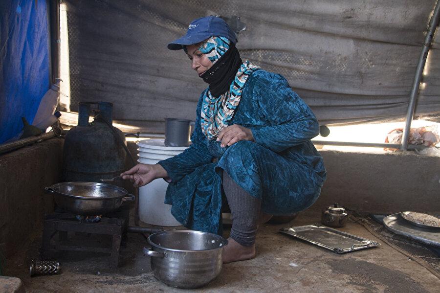 Çadırdaki mutfak şartları hayatı Hamalı anne için bir kat daha zorlaştırıyor.